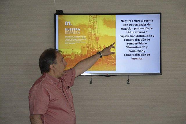 Oscar Cretini al exponer los proyectos y resultados de Petrominera.