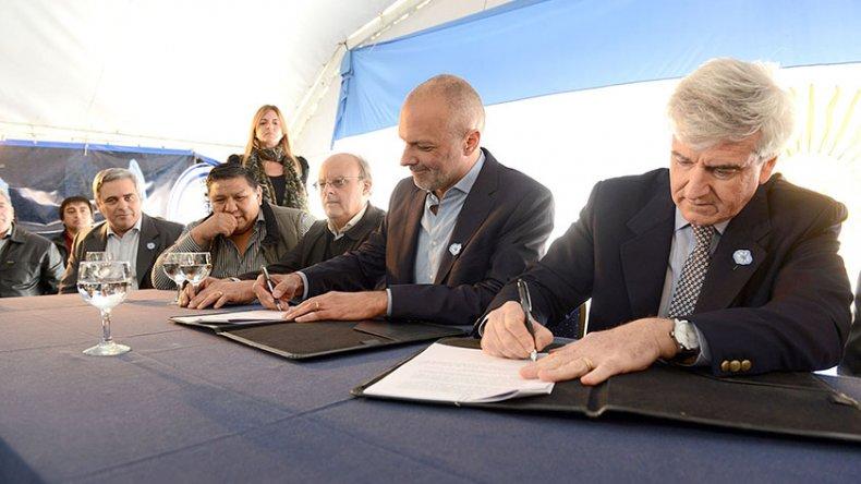 La firma de la renegociación entre el Gobierno de Chubut y la empresa CAPSA.