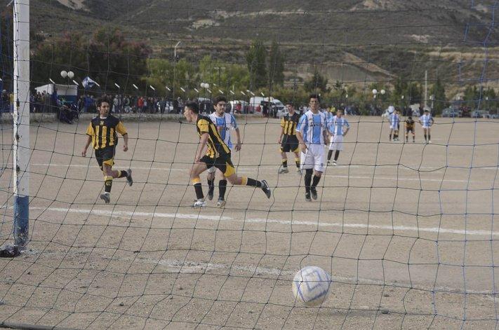 Vladimir Covalschi festeja su segundo gol personal y el tercero de Rada Tilly