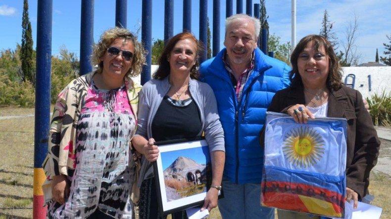 El secretario de Cultura junto a un grupo de habitantes del barrio.