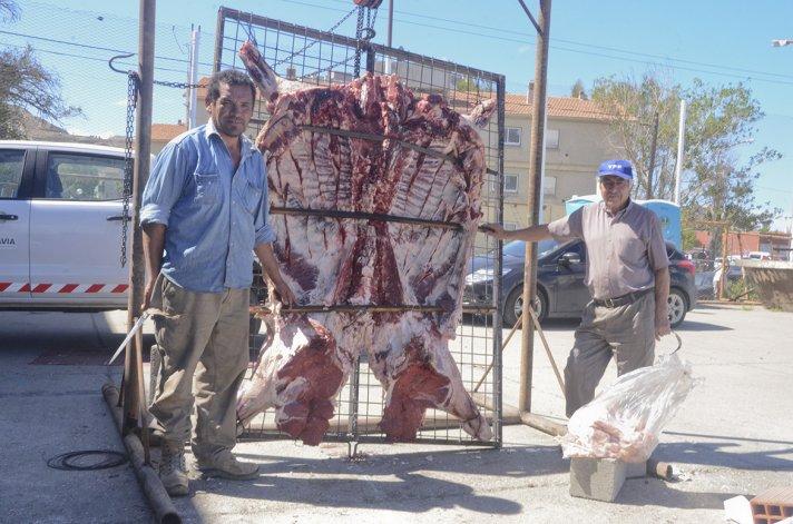 Comodoro Solidario propone para hoy la venta de porciones de una ternera al asador y panes dulces.