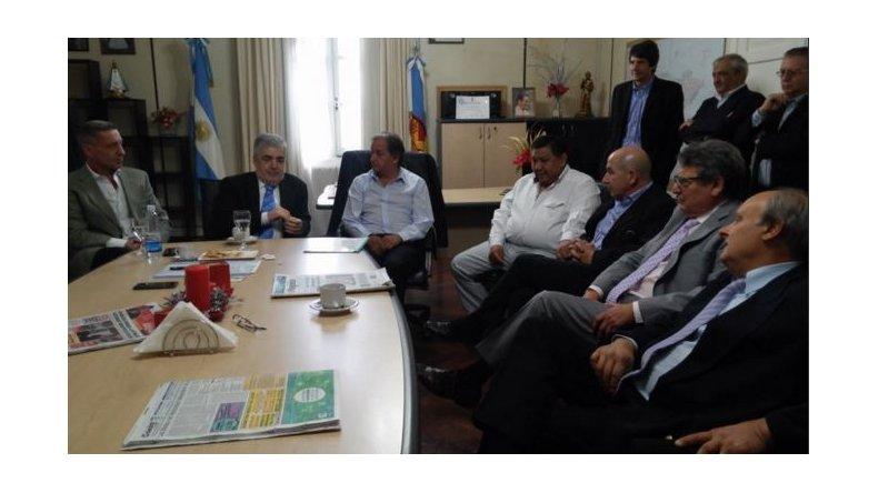 Encuentro con el intendente Carlos Linares y dirigentes momentos previos al acto el Día Del Petróleo. Foto. @mariodasneves