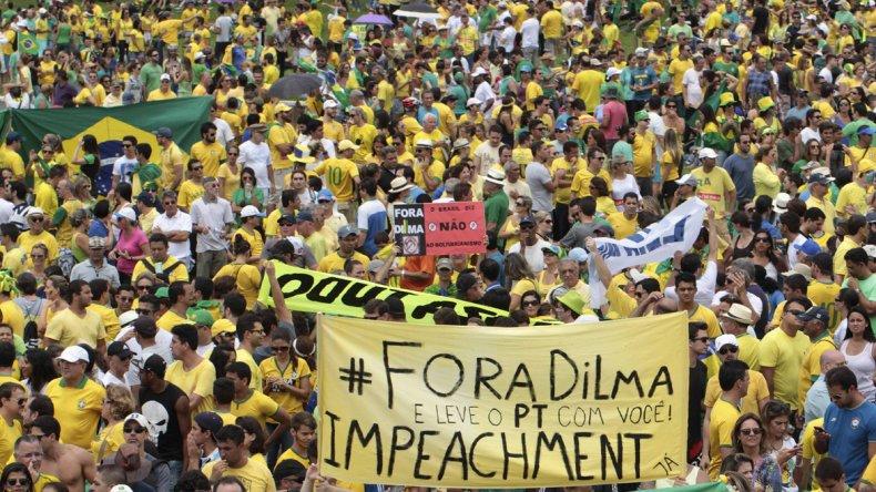 Miles de brasileños salieron a las calles  para pedir la destitución de Rousseff