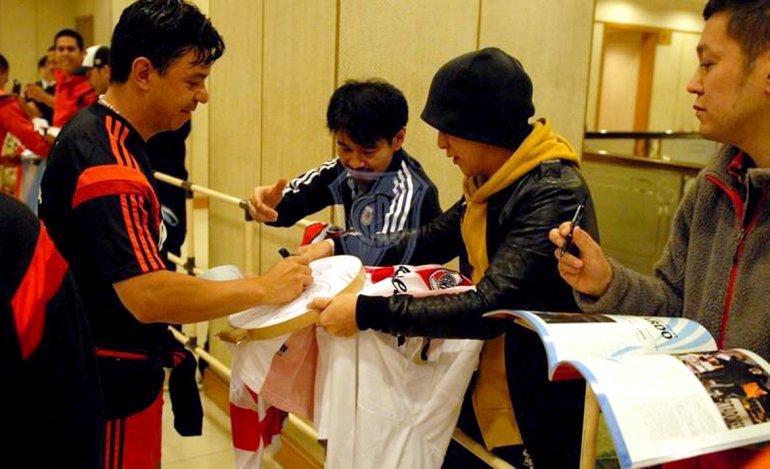 Marcelo Gallardo firmando autógrafos a los simpatizantes japoneses.