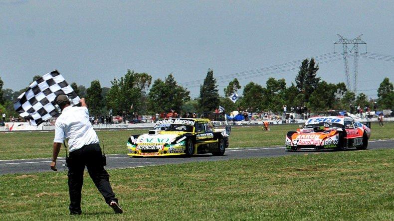 El Ford del Gurí Martínez llega primero a la bandera a cuadros seguido por el Chevrolet de Guillermo Ortelli.