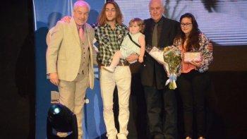 Familiares de Marta Campdepadros recibieron un presente en su homenaje por parte del municipio.