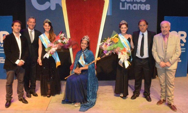 La reina y sus princesas junto a las autoridades durante la fiesta realizada la noche del sábado en el gimnasio Socios Fundadores.