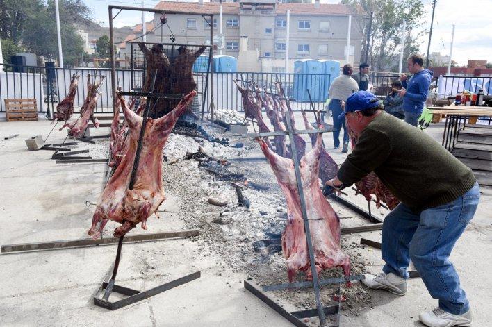 La vaquillona y los veinte corderos asados en el patio del gimnasio Socios Fundadores.