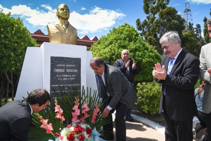El momento del acto en que se depositaron ofrendas florales al pie del busto de Enrique Mosconi.