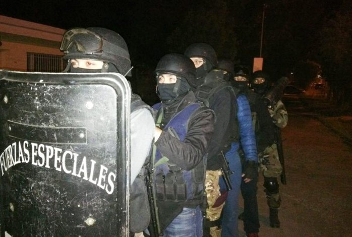 Policías de la División Fuerzas Especiales permanecieron alertas mientras el mediador dialogaba con los jóvenes atrincherados.