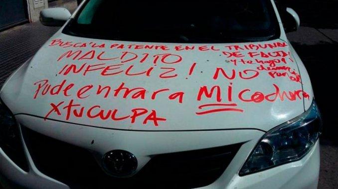 Maldito infeliz, le escribió a un conductor por obstruir la cochera