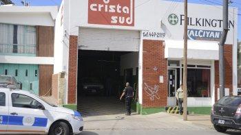La Policía Científica trabaja en las oficinas de Cristal Sud. Los delincuentes abrieron la caja fuerte con la llave y anularon el sistema de alarmas.
