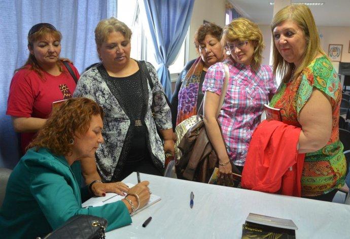 Angelina Covalschi presentó su nueva otra literaria basada en el crimen de una apreciada trabajadora social