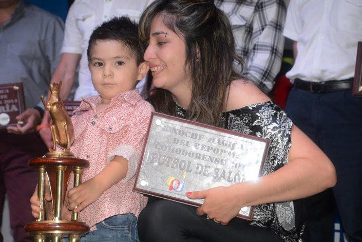 Alejandro Soto se quedó con la Marada Dorada en la última edición y en representación subió su familia para recibir el premio.