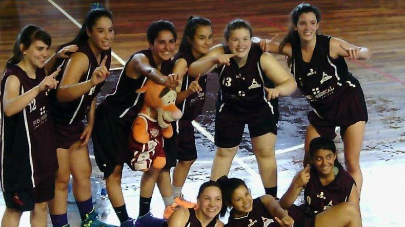 Las chicas de la Fede festejan el título en la categoría U17.