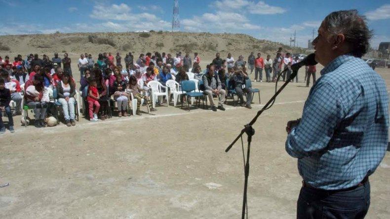 El intendente Carlos Linares en la inauguración de la cancha de Rivadavia.