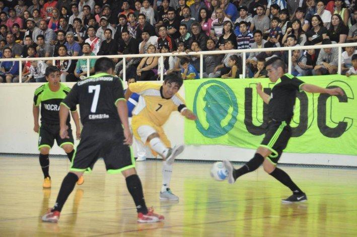 Clear y UOCRA irán en busca de esta noche de la consagración en el torneo Clausura 2015 de fútbol de salón.