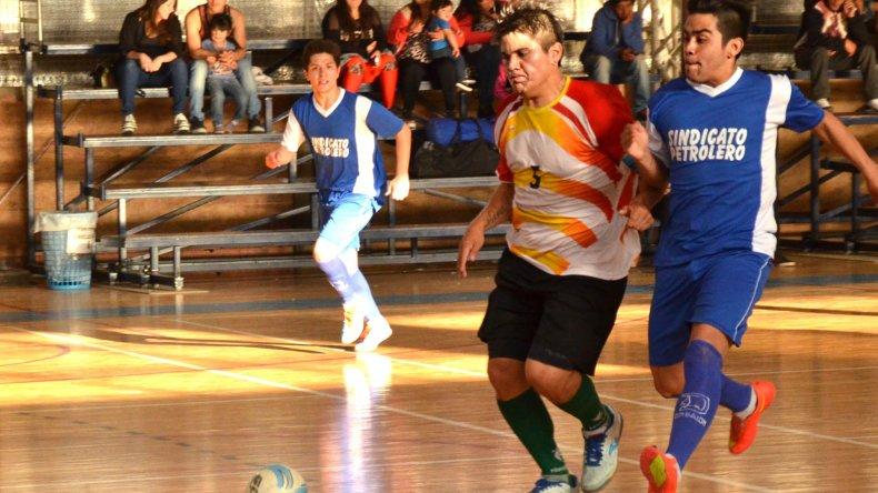 El fútbol de salón de la Asociación Promocional tuvo acción solamente el domingo en el gimnasio municipal 2.