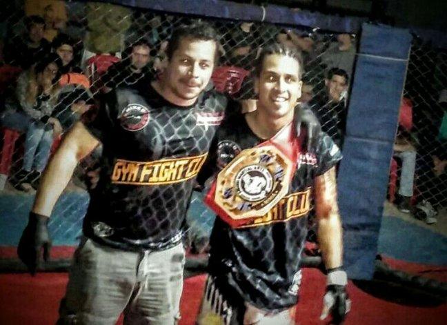 Santiago Barrios junto a su entrenador Marcelo Lima en el momento de la consagración.