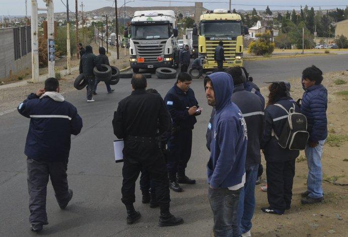 Nuevamente ayer los trabajadores de la Fundación Santa Cruz Sustentable cortaron la ruta 3 en el acceso norte a la ciudad del Gorosito. Esperaban la llegada de funcionarios provinciales.