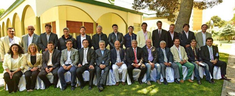 La fotografía grupal de Das Neves y los intendentes al término del encuentro.