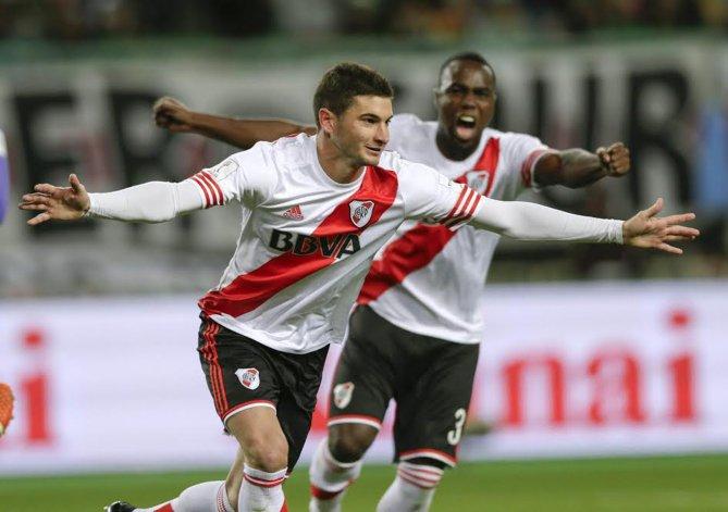 Lucas Alario festeja el gol que desató el desahogo millonario