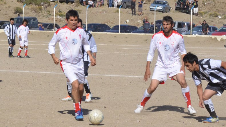 El fútbol de Veteranos define a sus campeones e impulsa una campaña solidaria en Castelli y el estadio municipal de Km 3.