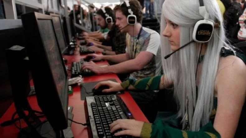 Las mujeres juegan videojuegos tanto como los hombres