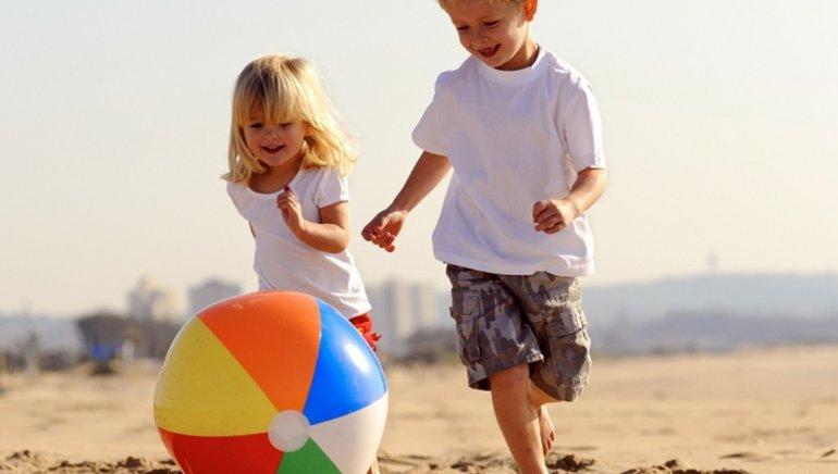 El cuidado de los niños  en la playa o cámping
