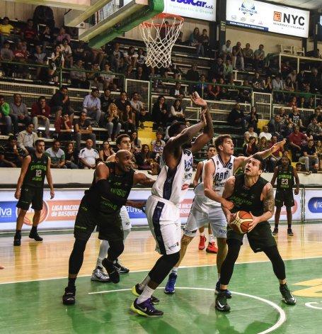 Matías Sandes con el balón en un partido ante Weber Bahía jugado el 27 de noviembre en el Socios Fundadores.