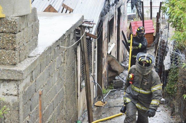 Tres dotaciones de bomberos sofocaron el incendio que sufrió la familia Aguilar