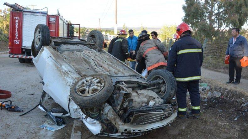 El vehículo Ford Ka quedó en posición invertida y los bomberos debieron rescatar al acompañante que quedó atrapado entre los fierros.
