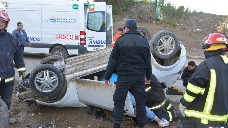 Dos heridos al volcar auto en Zona de Chacras de Caleta