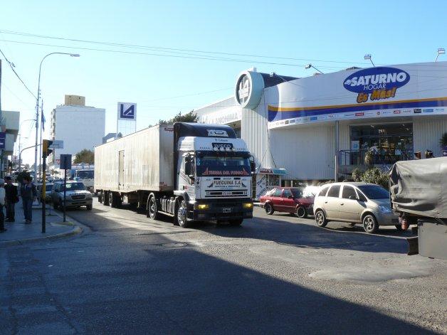 La falta de un camino de circunvalación obliga actualmente al tránsito pesado a circular por la ciudad