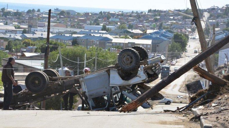 Un camión Ford 350 terminó en posición invertida luego de que sufriera un desperfecto en los frenos y arrasara una palma en el barrio 25 de Mayo.