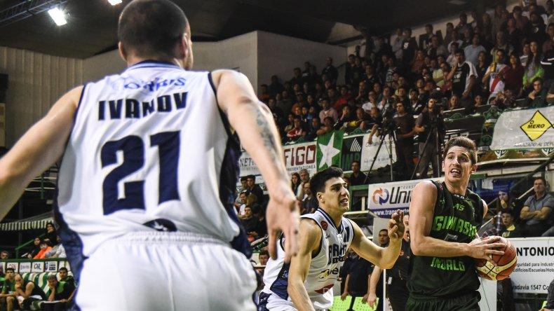 Nicolás de los Santos ataca al canasto para convertir de dos puntos en el partido que Gimnasia Indalo perdió anoche ante Weber Bahía.