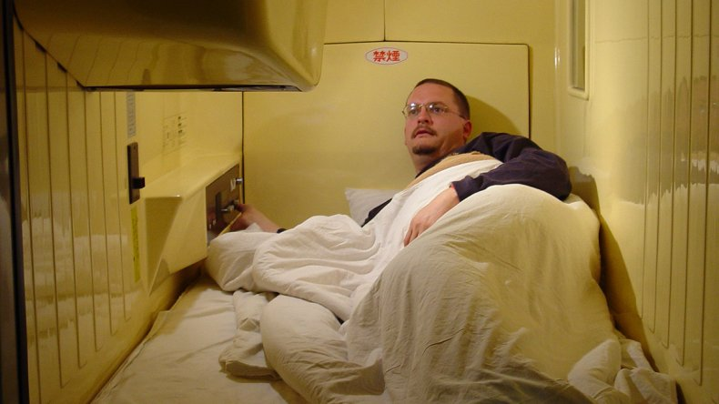 Muchos comparan a esta experiencia con dormir en una lata de sardinas gigante.