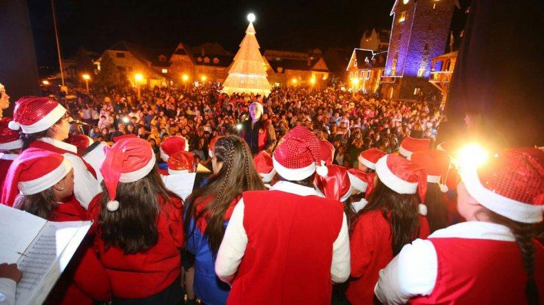 El Centro Cívico de Bariloche se convierte en escenario para coros y bandas locales que alegran la noche del 24 de diciembre.