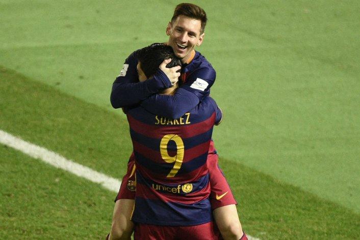 ¿Messi acomodó la pelota con el brazo para hacer el gol?