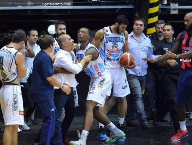 Sergio Hernández podría recibir un duro castigo a raíz de los incidentes que sucedieron el último miércoles en el estadio de Obras.
