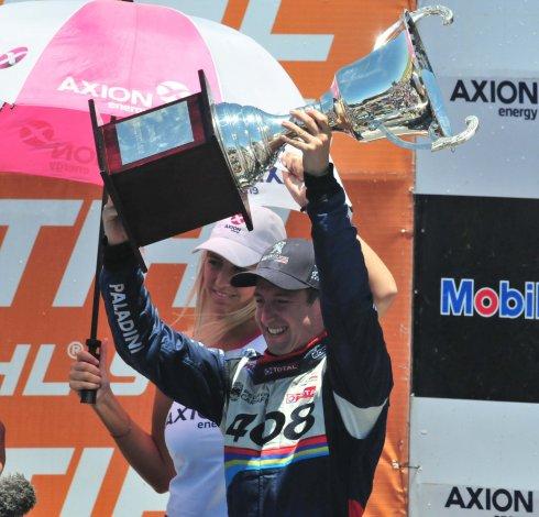 Néstor Girolami festeja su consagración por segunda vez en el Super TC2000.