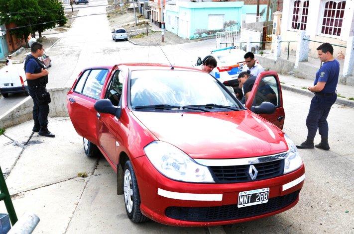 Eleodoro fue arrastrado por su propio vehículo al soltar el freno para zafar de los dos delincuentes que le apuntaban a la cabeza. Uno de los ladrones también se tiró del auto en movimiento y podría estar herido.