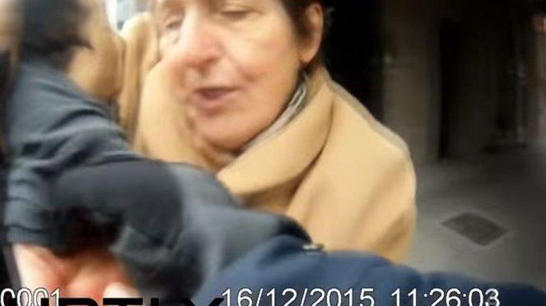 Una jubilada fue esposada y detenida por cruzar el semáforo en rojo