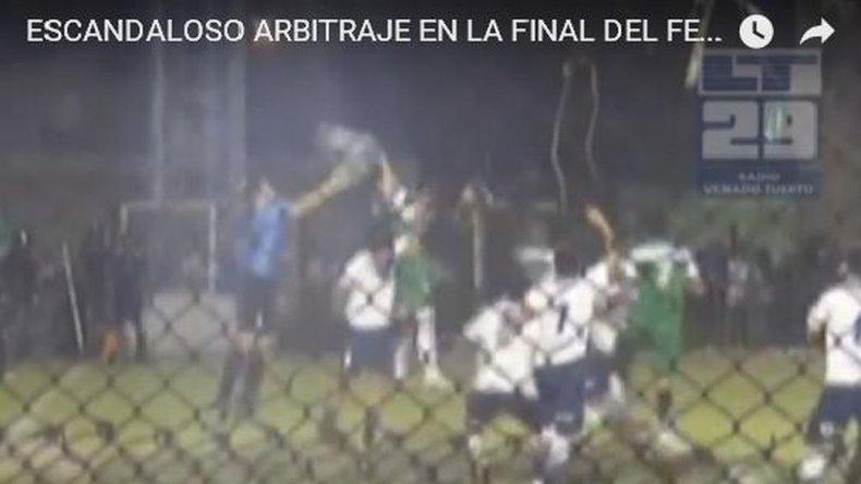 Escándalo: Villa Mitre ascendió con un penal dudoso y un gol con la mano