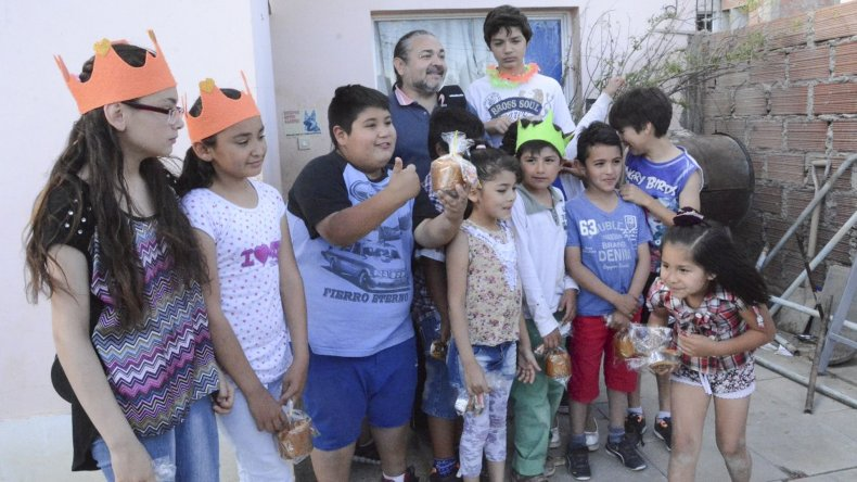 Guillermo Gil entregó presentes navideños a los chicos que asisten al comedor Nuevo Amanecer del barrio Rotary 23.