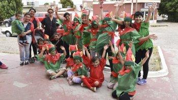 Pequeños del Hogar Municipal de Niños se vistieron de duendes y repartieron obsequios en el centro de Caleta Olivia.