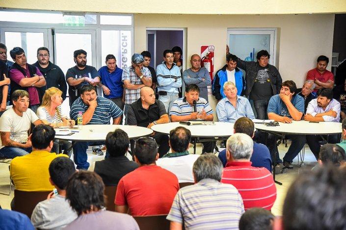 Más de 200 delegados del Sindicato Petrolero definieron movilizarse el lunes desde la sede gremial hasta el Obispado.