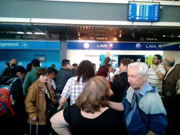 Cancelaron un vuelo y hay más de 100 pasajeros varados