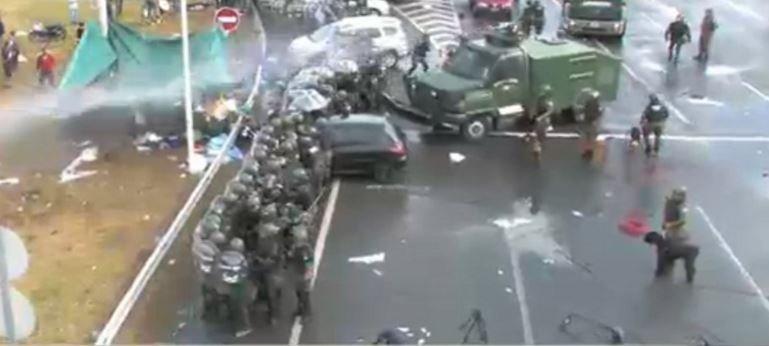 Desalojan la autopista con balas de goma y camiones hidrantes