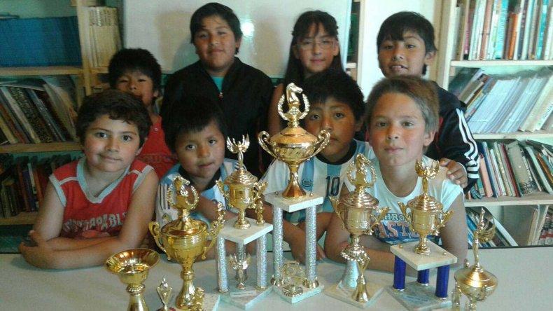 Los chicos exhibiendo sus trofeos.